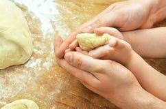 Χέρια του γιου πατέρων και μωρών Στοκ Εικόνα