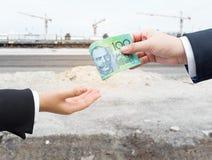 Χέρια του επιχειρηματία που περνούν το αυστραλιανό δολάριο Στοκ φωτογραφία με δικαίωμα ελεύθερης χρήσης