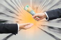 Χέρια του επιχειρηματία που περνούν το αυστραλιανό δολάριο Στοκ φωτογραφίες με δικαίωμα ελεύθερης χρήσης