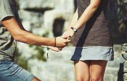 Χέρια του ζεύγους εφήβων Στοκ εικόνα με δικαίωμα ελεύθερης χρήσης