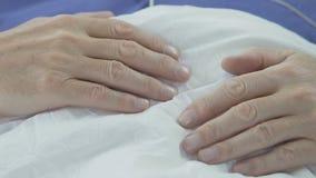 Χέρια του ηλικιωμένου ατόμου που βρίσκεται στο στομάχι, ανώτερος αρσενικός ύπνος, που έχει το υπόλοιπο στο κρεβάτι απόθεμα βίντεο