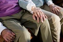 Χέρια του ηλικιωμένου ζεύγους που αγγίζει στο γόνατο Στοκ φωτογραφία με δικαίωμα ελεύθερης χρήσης