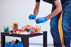 Χέρια του καλλιτέχνη, βούρτσες παλετών, διαφορετικά χρώματα Εργαλεία καλλιτεχνών για την αληθινές τέχνη και την έμπνευση Σκοτεινό στοκ εικόνα με δικαίωμα ελεύθερης χρήσης