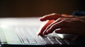 Χέρια του κειμένου δακτυλογράφησης διευθυντών γραφείων γυναικών στο πληκτρολόγιο απόθεμα βίντεο