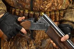 Χέρια του κυνηγού που κρατά το κυνηγετικό όπλο στοκ εικόνες