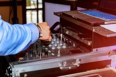 χέρια του μακρινού και DJ αναμικτών για τη μουσική Στοκ Εικόνα