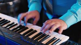 Χέρια του μουσικού που παίζει σε έναν συνθέτη, ένα ηλεκτρονικό πιάνο απόθεμα βίντεο