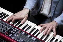 Χέρια του μουσικού Στοκ εικόνα με δικαίωμα ελεύθερης χρήσης