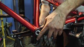 Χέρια του νέου mahanic καθορισμού πεντάλ σε ένα ποδήλατο Κινηματογράφηση σε πρώτο πλάνο φιλμ μικρού μήκους