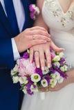 Χέρια του νεόνυμφου και της νύφης με τα δαχτυλίδια Στοκ φωτογραφίες με δικαίωμα ελεύθερης χρήσης