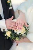 Χέρια του νεόνυμφου και της νύφης με τα δαχτυλίδια Στοκ φωτογραφία με δικαίωμα ελεύθερης χρήσης
