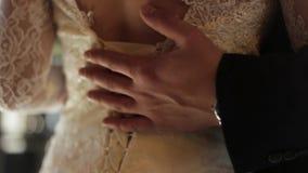 Χέρια του νεόνυμφου και της νύφης στη ημέρα γάμου Νυφικό αγκάλιασμα ζευγών Γαμήλια αγάπη και στενός επάνω οικογενειακής έννοιας μ απόθεμα βίντεο