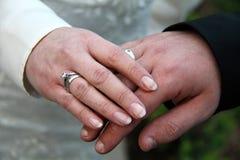 Χέρια του νυφικού ζεύγους με τα γαμήλια δαχτυλίδια Στοκ εικόνα με δικαίωμα ελεύθερης χρήσης