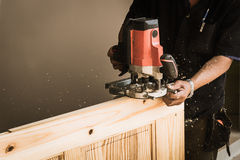 Χέρια του ξυλουργού με τη σμίλη στα χέρια Στοκ Φωτογραφίες
