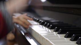 Χέρια του παιδιού στο πληκτρολόγιο πιάνων φιλμ μικρού μήκους