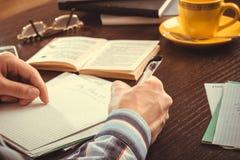 Χέρια του προσώπου που γράφει στα σημειωματάρια Στοκ φωτογραφίες με δικαίωμα ελεύθερης χρήσης