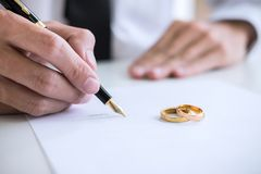 Χέρια του συζύγου που υπογράφει το διάταγμα της διάλυσης ή του cance διαζυγίου στοκ φωτογραφίες με δικαίωμα ελεύθερης χρήσης