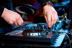 Χέρια του DJ πίσω από το πίνακα ελέγχου στοκ εικόνες