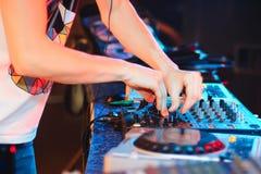Χέρια του DJ στην παίζοντας μουσική λεσχών αναμικτών στο κόμμα Στοκ εικόνες με δικαίωμα ελεύθερης χρήσης
