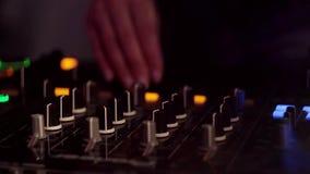Χέρια του DJ στο μακρινό φιλμ μικρού μήκους