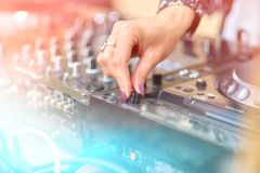 Χέρια του DJ στο μακρινό nightclub Στοκ φωτογραφία με δικαίωμα ελεύθερης χρήσης