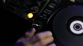 Χέρια του DJ στο μακρινό nightclub φιλμ μικρού μήκους