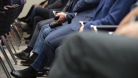 Χέρια των ανθρώπων που κρατούν το σημειωματάριο στην αίθουσα συνεδριάσεων φιλμ μικρού μήκους