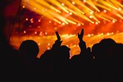 Χέρια των ανθρώπων στη συναυλία στοκ φωτογραφίες