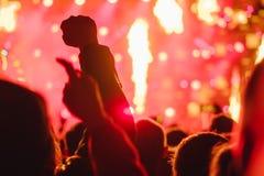 Χέρια των ανθρώπων στη συναυλία στοκ εικόνα