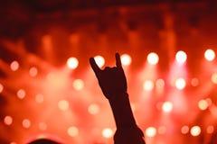 Χέρια των ανθρώπων στη συναυλία στοκ εικόνες με δικαίωμα ελεύθερης χρήσης