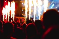 Χέρια των ανθρώπων στη συναυλία στοκ φωτογραφία
