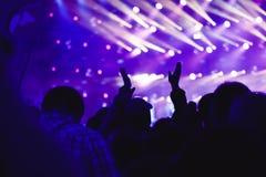 Χέρια των ανθρώπων στη συναυλία στοκ φωτογραφία με δικαίωμα ελεύθερης χρήσης