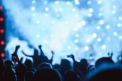 Χέρια των ανθρώπων στη συναυλία στοκ φωτογραφίες με δικαίωμα ελεύθερης χρήσης