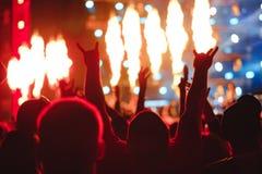 Χέρια των ανθρώπων στη συναυλία στοκ εικόνα με δικαίωμα ελεύθερης χρήσης
