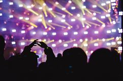 Χέρια των ανθρώπων στη συναυλία στοκ εικόνες