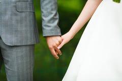 Χέρια των εραστών της νύφης και του νεόνυμφου γαμήλιο λευκό δαχτυλιδιών ανασκόπησης ανοιχτό Στοκ φωτογραφίες με δικαίωμα ελεύθερης χρήσης