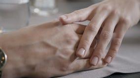 Χέρια των εραστών: το χέρι ανδρών ` s πάνω από μια γυναίκα ` s, κρατά ήπια, κτυπά φιλμ μικρού μήκους