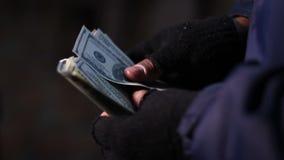 Χέρια των μετρώντας χρημάτων ληστών ή διακινητών ναρκωτικών τραπεζών, εισόδημα από τις παράνομες πράξεις απόθεμα βίντεο