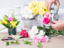 Χέρια των λουλουδιών εκμετάλλευσης προσώπων Στοκ Εικόνες