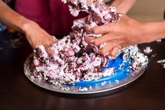 Χέρια των παιδιών που καταστρέφουν το κέικ Στοκ εικόνες με δικαίωμα ελεύθερης χρήσης