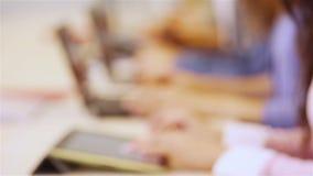 Χέρια των σπουδαστών με τον υπολογιστή στο πανεπιστήμιο απόθεμα βίντεο