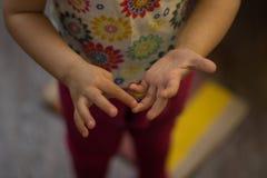 Χέρια των fingures λογιστικής παιδιών ένα προς ένα στοκ φωτογραφίες με δικαίωμα ελεύθερης χρήσης
