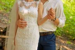 Χέρια των newlyweds ημέρα ηλιόλουστη Στοκ εικόνα με δικαίωμα ελεύθερης χρήσης