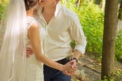 Χέρια των newlyweds κλείστε επάνω Στοκ Φωτογραφίες