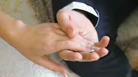 Χέρια των newlyweds στο γάμο φιλμ μικρού μήκους