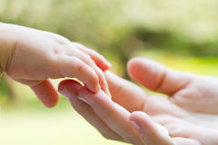 χέρια φροντίδας Στοκ φωτογραφία με δικαίωμα ελεύθερης χρήσης