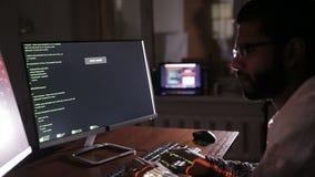 Χέρια χάκερ που δακτυλογραφούν τους κώδικες στο πληκτρολόγιο Κώδικας προγράμματος αμυχών, κώδικας λογισμικού φιλμ μικρού μήκους
