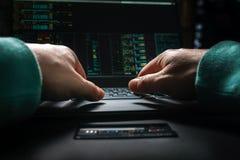 Χέρια χάκερ, πρώτη άποψη προσώπων, στην εργασία με τη διεπαφή και την κλεμμένη πιστωτική κάρτα Στοκ Εικόνες