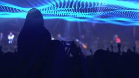 Χέρια χειροκροτήματος ακροατηρίων σε μια συναυλία απόθεμα βίντεο