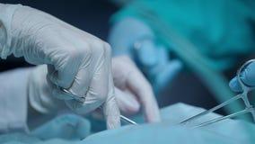 Χέρια χειρουργικών επεμβάσεων που εκτελούν τη λειτουργία Χέρια χειρουργικών επεμβάσεων στην ιατρική λειτουργία απόθεμα βίντεο